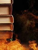 Vázaných knih s víření kouře