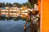 Neidentifikovaný chrám brahmin bere vodu