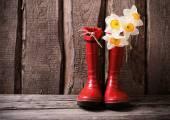 červené dětské zahradní boty s jarní květy