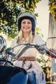 Usměvavá blondýnka v moto helme