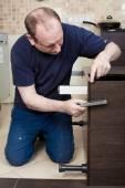 Truhlář řemeslník kuchyně v kredenci instalace serv