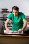 Muž, pomocí stěrky v papírna