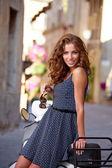 Žena na skútru na ulicích toskánském