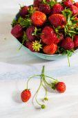 čerstvé jahody na stůl