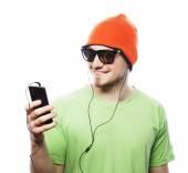 Az ember hallgat zenét, és segítségével okostelefon