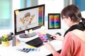 Grafikai tervező munkában. színes minták