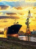 Schiff und Kran