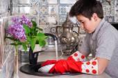 Junge waschen Geschirr