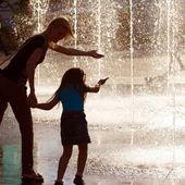 Matka a dcera v dešti