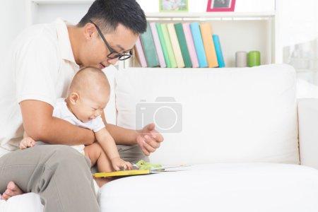 父亲和孩子读故事书