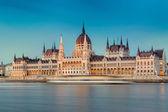 Maďarský parlament budovy při západu slunce