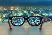 Nacht-Stadtansicht in Gläser Linsen konzentriert