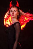 Gyönyörű fiatal nő, a vörös démon szarv és a vörös hajú