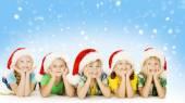 Vánoční dětí v pomocníka Santa Hat, malý děti, chlapci a děvčata šťastný, vánočními svátky s pozdravem