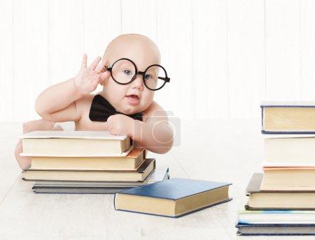 婴儿的眼镜和书籍,孩子儿童早期教育和发展,聪明的孩子学龄前阅读概念,在白色的背景