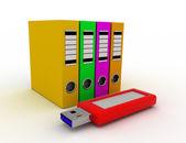 Kancelář kroužkových pořadačů s modrými usb flash disk. ukládání dat conce