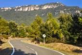 Typická horská silnice ve Španělsku s povolenou rychlost překročil 60 km/h