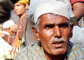 Indické starší muž prosí