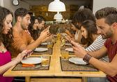 Skupina přátel v restauraci