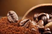 Kaffeebohnen-Makro auf einem braunen Hintergrund