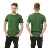 Muž pózuje s prázdné zelené tričko