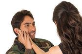 Fiatal katonai katona visszatér, hogy megfeleljen a felesége barátnője