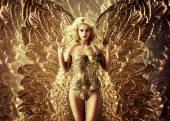 Lákavá blondýna se zlatými křídly