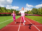 Dívky běží a dosáhnout stuha