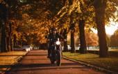 Muž na motorce café-racer venku