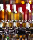 Sklenice whisky a klíče od auta