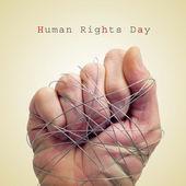Muž ruku s drátem a text den lidských práv