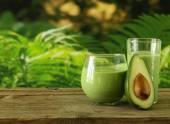 Přírodní nápoj koktejl s avokádem, byliny a jogurt