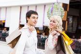 šťastný mladý pár s nákupní tašky