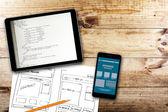 Webové stránky drátěný skica a programového kódu na digitálním tabletu