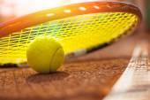 Tennis-ball auf einem tennisplatz