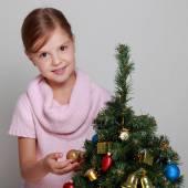 Dítě poblíž vyzdobený vánoční strom