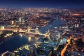 London éjszakai városi architektúrák és a tower bridge