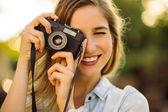 Hipster žena s retro film fotoaparát