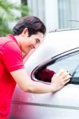 čištění a mytí auta s houbou