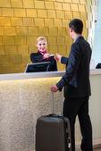 Hotel recepční kontrola v člověku dává karty