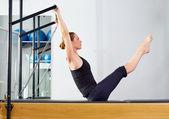 Pilates reformer teaser nő sportolhatnak az edzőteremben