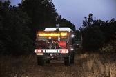 Hasičské vozy v lesní cesta