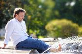 Muž baví v městě fontána