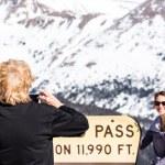 Постер, плакат: People take pictures at Loveland pass