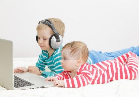 孩子们使用电脑