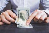 Podnikatel počítání dolarů