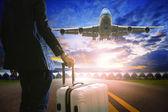 Obchodní muž a postavení zavazadel na letišti a osobní jet p
