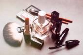 Kosmetik auf hellgrau