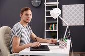 Muži, kteří pracují na počítači