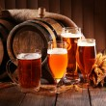 Постер, плакат: Beer barrel with beer glasses